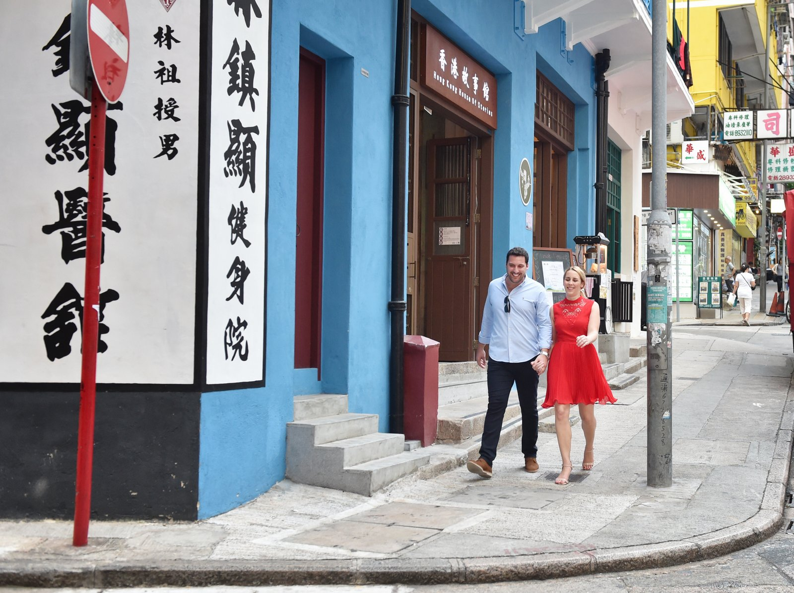 Couple photo in front of a historical building in wanchai HK by aligstudio